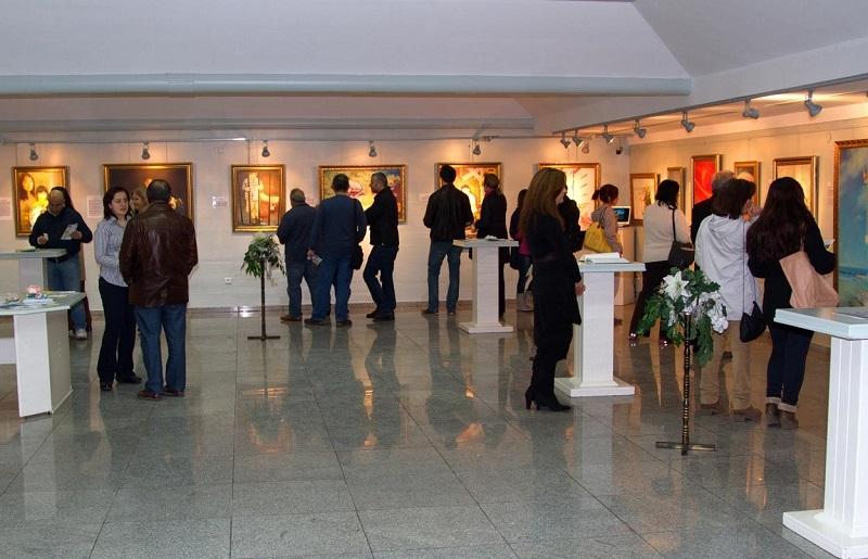 Люди на выставке