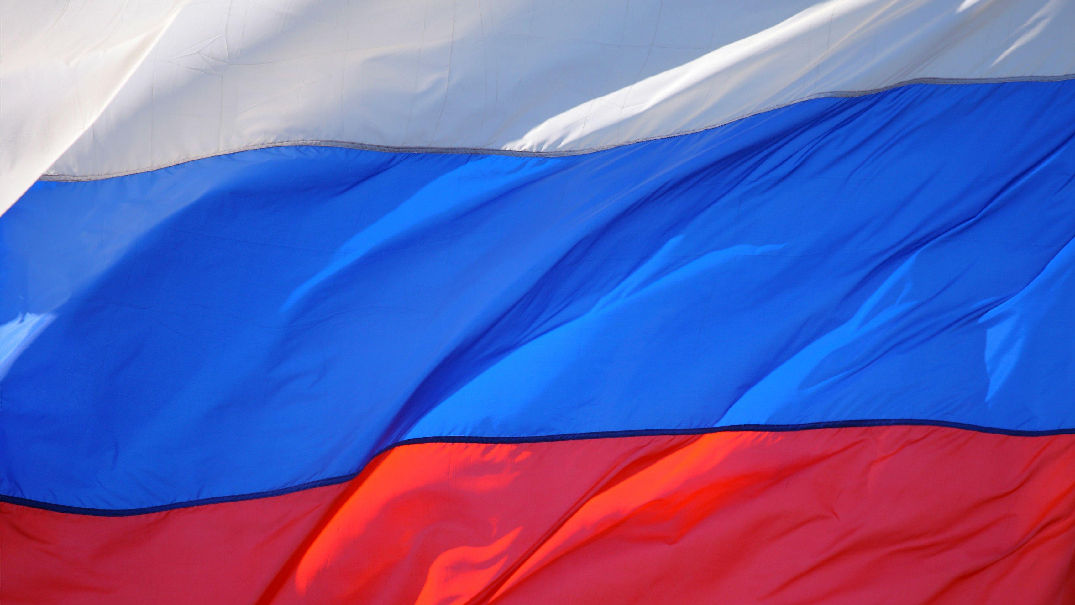 Как сделать своё фото на фоне российского флага